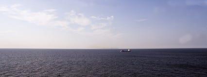 Osamotniony statek w morzu pod niebieskim niebem obraz stock