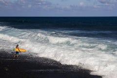 Osamotniony surfingowiec Zdjęcia Royalty Free