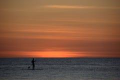 Osamotniony surfingowiec przy zmierzchem nad morzem, Boracay Filipiny Zdjęcie Stock