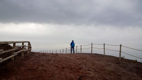 Osamotniony złowrogi nieznajomy z Vesuvius w tle zdjęcie stock