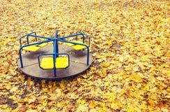 Osamotniony zaniechany carousel przy jesienią Obrazy Royalty Free