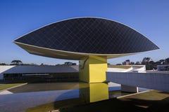 Oscar Niemeyer Museum eller MÅNDAG, i Curitiba, Parana stat, Brasilien Juli 2017 Royaltyfria Bilder