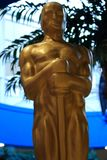 Oscar-Oscar-Statue Kinonominierung und -trophäe Goldener Oscar lizenzfreie stockfotos