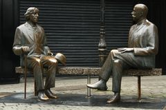 Oscar Wilde & Eduard Vilde på den Galway gatan ireland royaltyfri foto