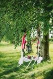 Oscilación adornado con las flores para el romance en amor en verano Foto de archivo