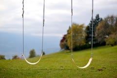 Oscilación al aire libre en el parque Fotos de archivo
