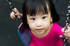 Oscilación asiático del niño en el parque Foto de archivo