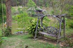 Oscilación de madera en el jardín Imagenes de archivo