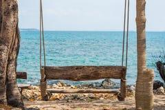 Oscilación de madera en la playa Imagen de archivo libre de regalías