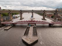 Oscilación de Newcastle y puente de alto nivel del camino-carril Fotos de archivo