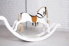 Oscilación del caballo del ` s de los niños Fotografía de archivo libre de regalías