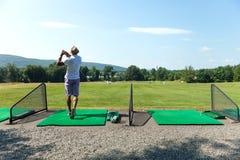 Oscilación del golf del campo de prácticas Foto de archivo libre de regalías
