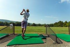 Oscilación del golf del campo de prácticas Fotos de archivo