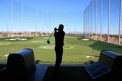 Oscilación del golf del hombre fotografía de archivo libre de regalías