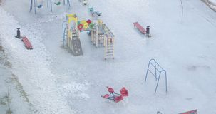 Oscilación del invierno sin los niños que hacen girar en el viento almacen de video