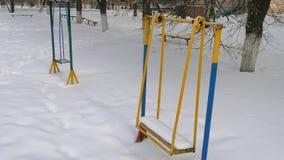 Oscilación del metal en la nieve metrajes