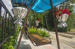 Oscilación del verano adornado con las flores Imagen de archivo
