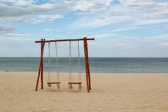 Oscilación en la playa imagen de archivo libre de regalías