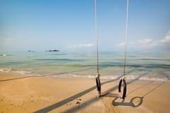 Oscilación en la playa Foto de archivo libre de regalías