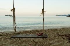 Oscilación en la playa Imagenes de archivo