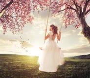 Oscilación hermoso de la novia en el prado de la primavera Fotos de archivo libres de regalías