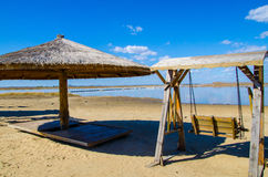 Oscilación y paraguas en una playa tropical Fotos de archivo