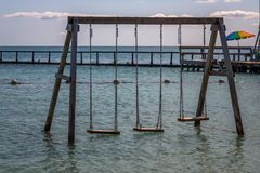 Oscilaci?n en el agua en la playa, Belice fotos de archivo