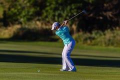 Oscilación de la tapa de la muchacha del golf   Foto de archivo