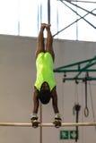 Oscilación de las barras de la muchacha de la gimnasia Imagen de archivo libre de regalías