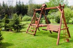 Oscilación de madera del jardín Imagen de archivo libre de regalías
