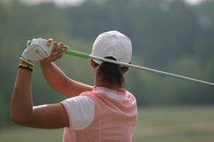 Oscilación del golf de la mujer Fotografía de archivo