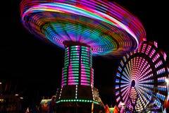 Oscilaciones de giro coloridos, rueda de Ferris en la noche imagen de archivo libre de regalías