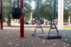 Oscilaciones en el patio al aire libre de los niños imagen de archivo