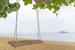 Oscilaciones en una isla con la opinión del mar Fotografía de archivo libre de regalías