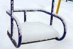 Oscilaciones nevados del ` s de los niños Paisaje del invierno Fotos de archivo libres de regalías