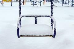 Oscilaciones nevados del ` s de los niños Paisaje del invierno Imagenes de archivo