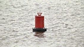 Oscilaciones rojas de la boya en el agua metrajes