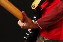 Oscile al guitarrista con la guitarra eléctrica en fondo negro Fotografía de archivo libre de regalías