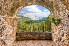 Oscile el balcón que pasa por alto un valle verde hermoso con el bosque fotos de archivo libres de regalías