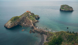 Oscile en el mar, la visión desde arriba de las ondas y los acantilados, aguas de la turquesa Imagen de archivo
