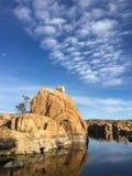 Oscile la isla en Watson Lake con el cielo azul y las nubes Foto de archivo libre de regalías