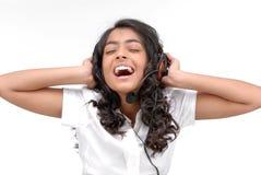 Oscile a la muchacha del estilo con los auriculares que escucha la música Foto de archivo libre de regalías