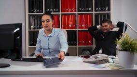 Oscile las tijeras de papel en oficina de negocios entre el hombre y el colega de la mujer Perdedor - trabajando, ganador - recli almacen de metraje de vídeo