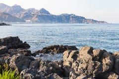 Oscilla la linea costiera del mare ionico in Giardini Naxos fotografie stock libere da diritti