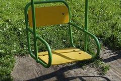 Oscillation à chaînes jaune lumineuse photographie stock libre de droits