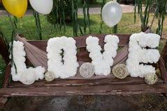 Oscillation admirablement décorée de mariage avec de grandes lettres d'AMOUR faites de papier Image stock