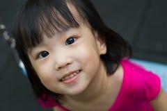 Oscillation asiatique d'enfant au parc Photographie stock libre de droits