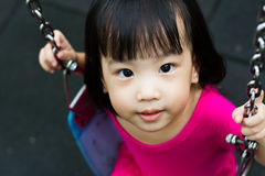 Oscillation asiatique d'enfant au parc Photo stock