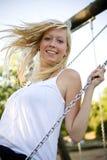 Oscillation blonde de fille Photo libre de droits