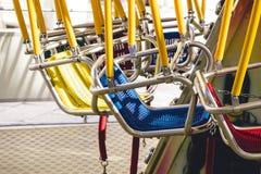 Oscillation colorée en parc d'attractions Image libre de droits